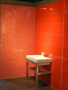 modern narancssárga fürdőszoba mozaikkal